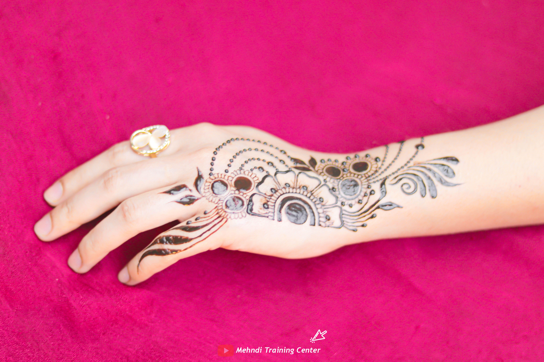 نقش الحناء تعليم نقش الحناء خطوه بخطوة للمبتدئين طريقه جديده وسهله في الحناء نقش الحناء 2020 Henna Hand Tattoo Hand Henna Mehndi Designs