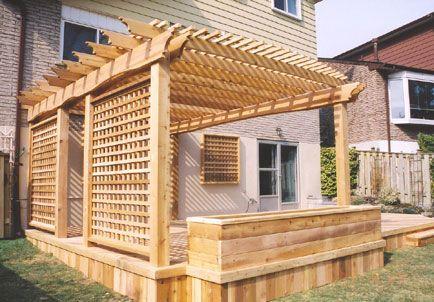 terrasse en bois avec bac à fleur et pergola raffinée Deck