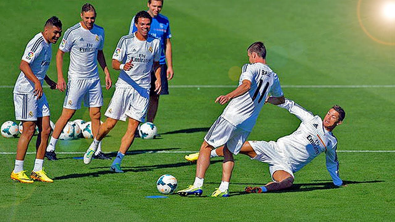 How To Own Your Opponent With A Nutmeg Panna Soccer Skill Like Ronaldo Soccer Skills Soccer Ronaldo