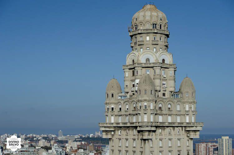 """DIVINO SALVO. Este edificio ubicado en la ciudad de Montevideo es """"mellizo"""" del porteño Palacio Barolo."""
