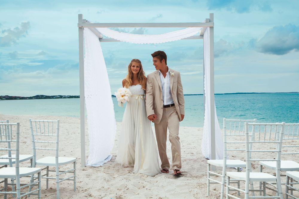 Ibiza Style...  Que bonito, la verdad es que una boda en la playa es algo especial.  http://www.bodaenibiza.es