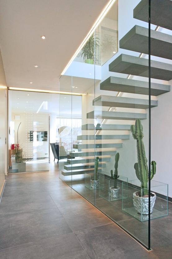 Moderne häuser innen wohnzimmer  360°: Wilde Villa in Poing | Avantgarde, Ziegel und Treppenhaus