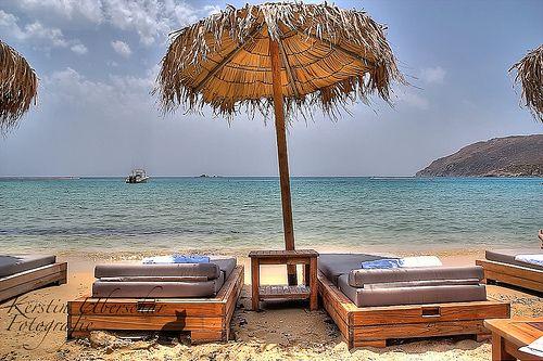 Mykonos, Greece Mykonos (ou Mikonos ou Míconos) é outra ilha grega muito visitada por turistas que viajam para a Grécia. Você Vai ouvir por ai que Mykonos é uma ilha gay ou então cheia de baladas. Bom, isso não é mentira, mas posso dizer que ela oferece atrações para todos os gostos. Praias maravilhosas, areias mais claras, um mar degradê lindo e um centrinho bem encantador.