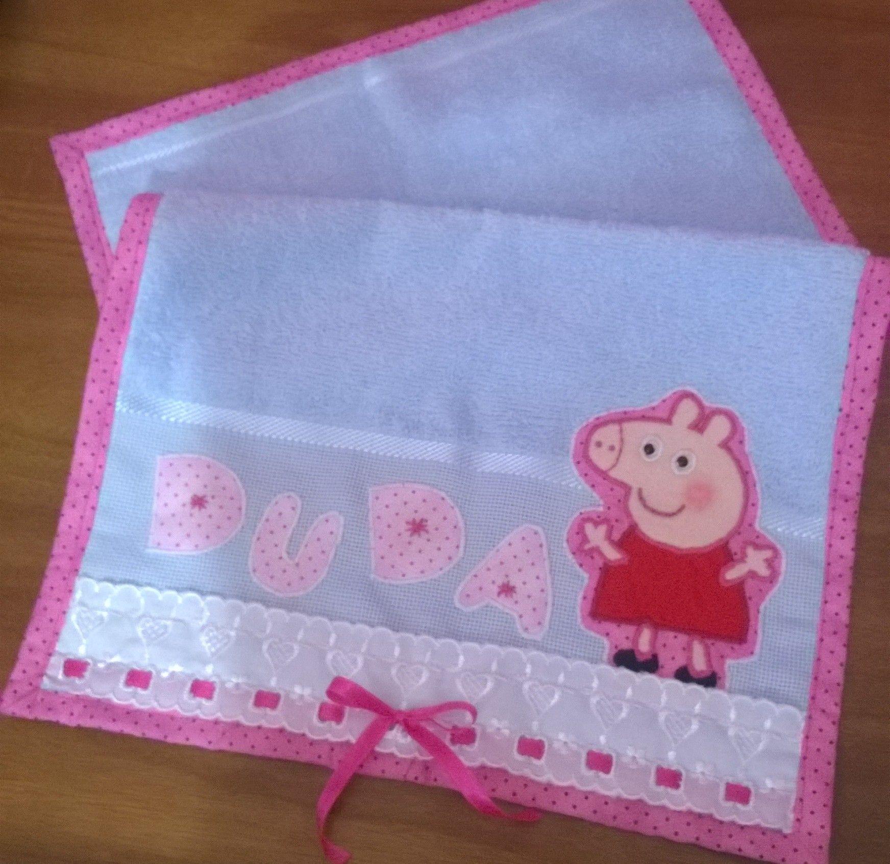 toalhinha de mão ou escolar, decorada e personalizada com patch aplique, fitinhas e bordado inglês.