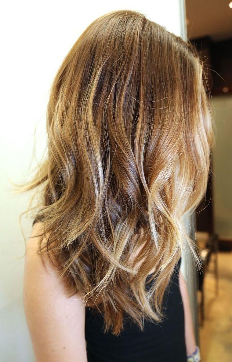 Carre Plongeant Long Et Balayage Avec Ondulations Dark Blonde Hair Color Hair Highlights Dark Blonde Hair