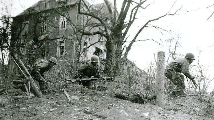 Troupes américaines libérant un petit village dans la forêt de Hürtgen US troops liberating a small village in the Hürtgen Forest