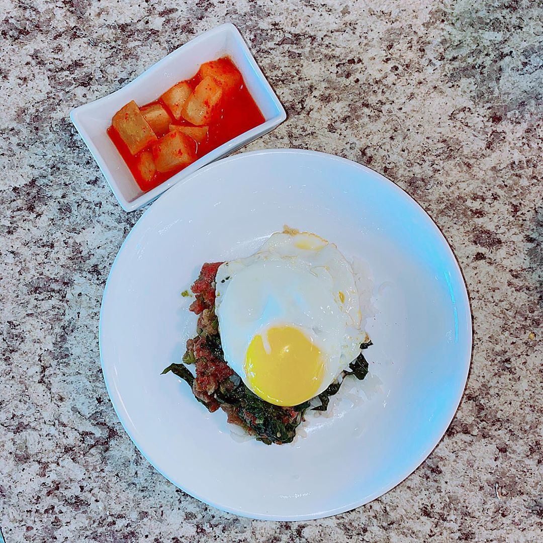 Stir fried Basil leaf with egg on top and turnips kimchi on the side . . . . . . . . . . . .  #simplelifestyle #simple #simplefood #simplecooking #simplelife #food #foodporn #food #foodie #foodstagram #foodpics #igpic #instagood #instadaily #blogger #instamood #ทำอาหาร #goodvibes #follow #texas #homecooking #homemade #อร่อย #ทำเองกินเอง #stayhome #อยู่บ้าน  #อยู่บ้านหยุดเชื้อเพื่อชาติ #cooking #thai #picoftheday #yum