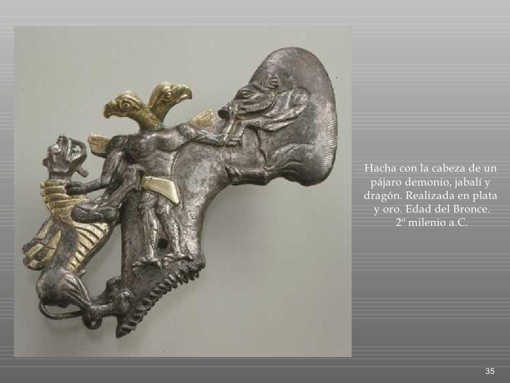Hacha con la cabeza de un pájaro demonio, jabalí y dragón. Realizada en plata y oro. Edad del Bronce. 2º milenio a.C. Museo Metropolitano de Nueva York.