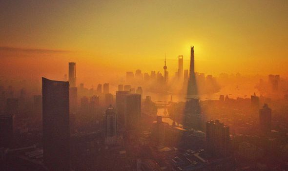 Smog-engulfs-the-city-of-Shanghai-623423.jpg (590×350)