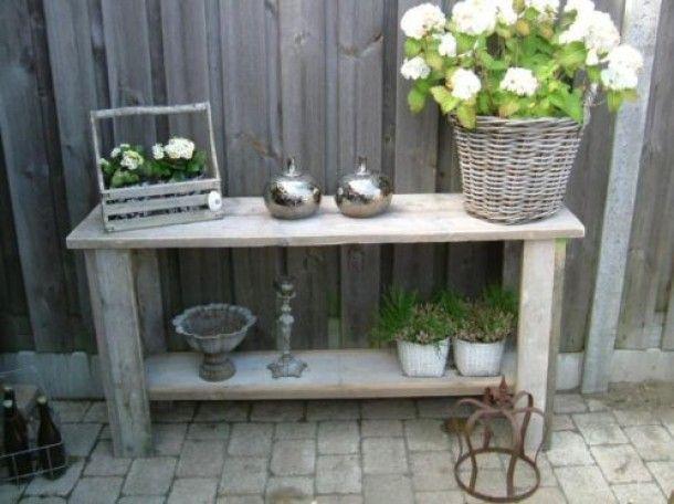 Buiten mooie sidetable met groen door june small outdoor patio