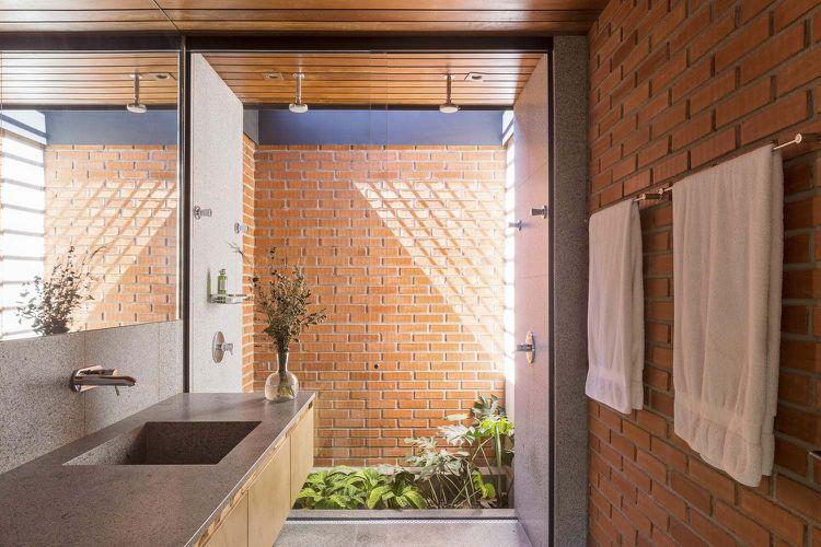 rote klinkersteine beton innen aussen badezimmer waschbecken fensterwand