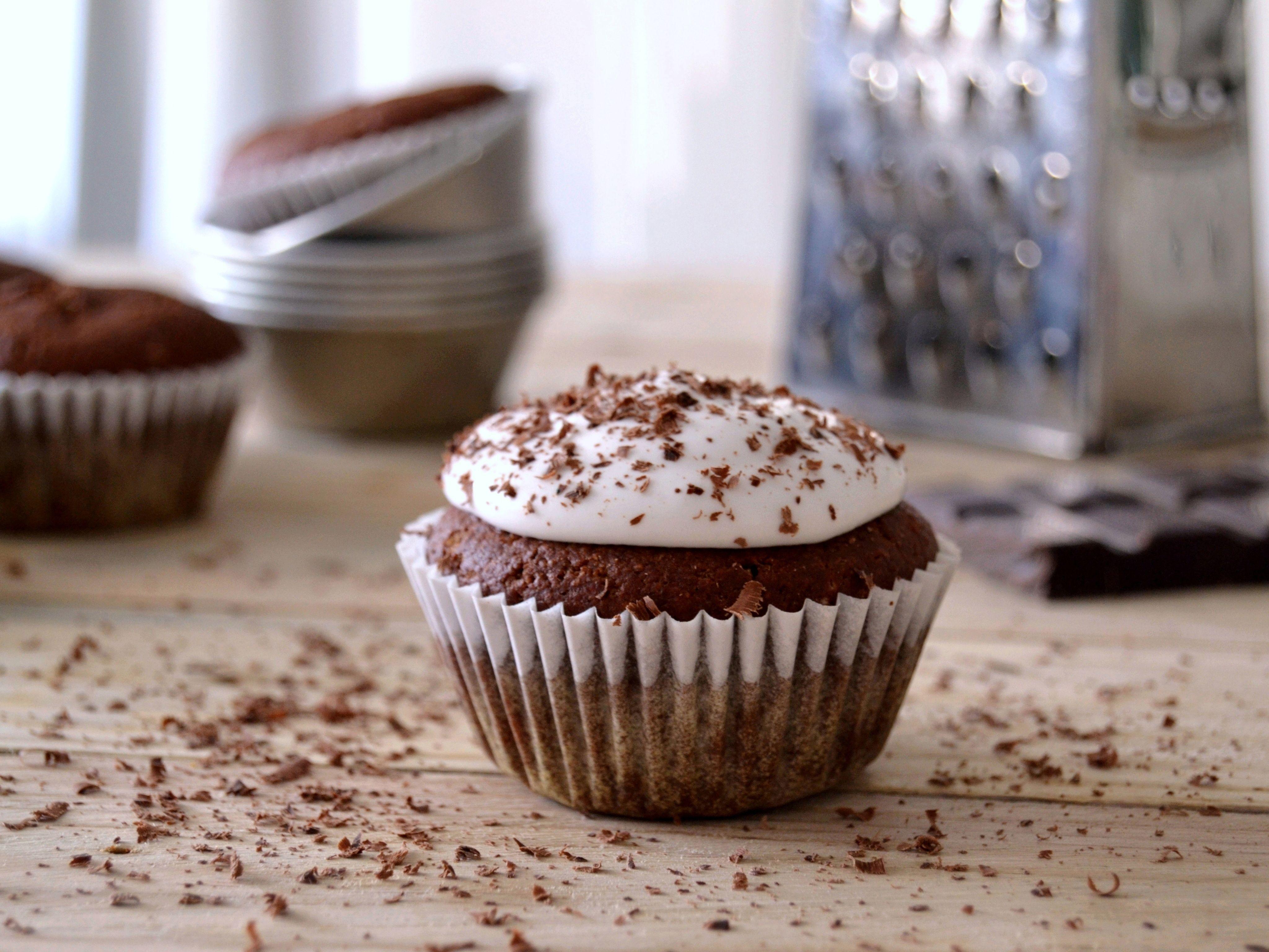 Cupcakes de chocolate com cobertura de coco // Chocolate cupcakes with coconut frosting