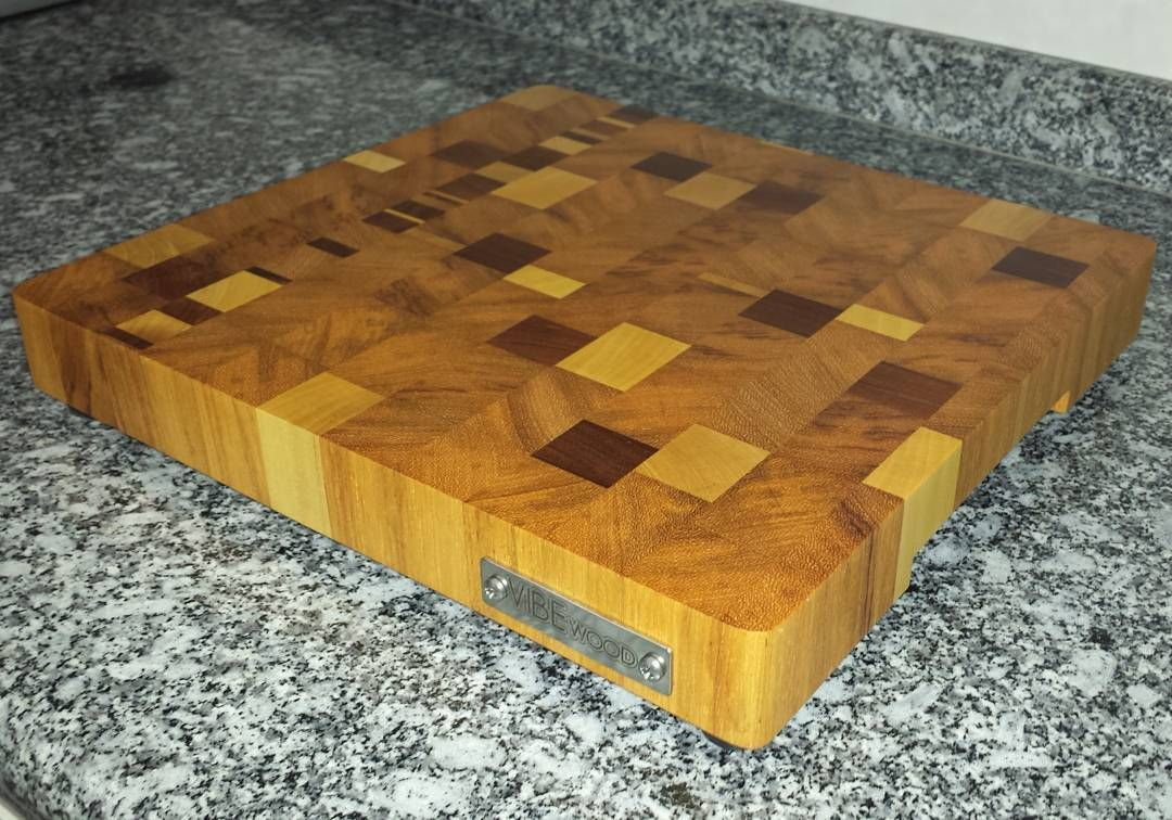 Tábua de corte de cerejeira jatobá e marfim. End grain cutting board made with cherry jatoba and ivory. #woodwork #woodworking #diy #madebyme #endgraincuttingboard de vitor.neves.ribeiro