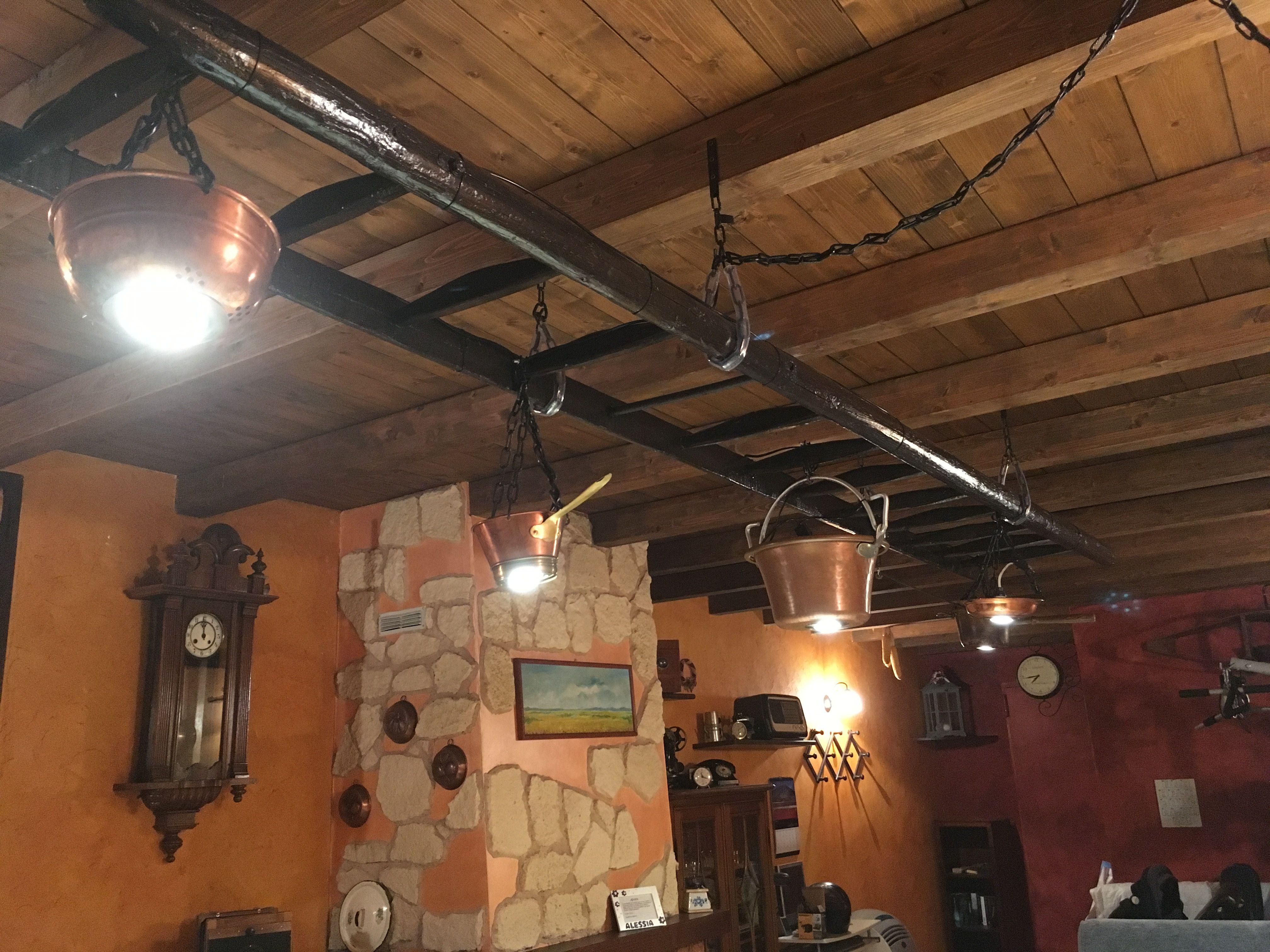 Lampade Rustiche In Rame : Vecchia scala trasformata in lampadario con pentole in rame idee