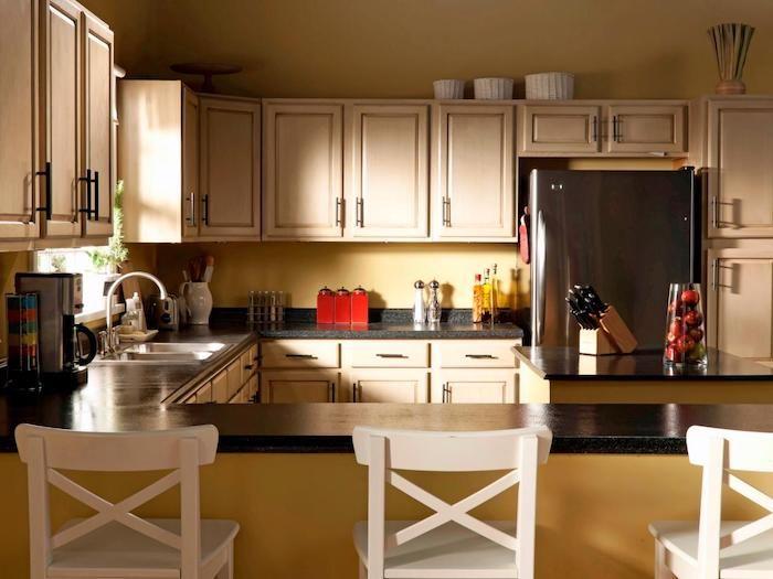 eine vintage Dekoration von der Küche mit weißen Regalen und - küche mit theke