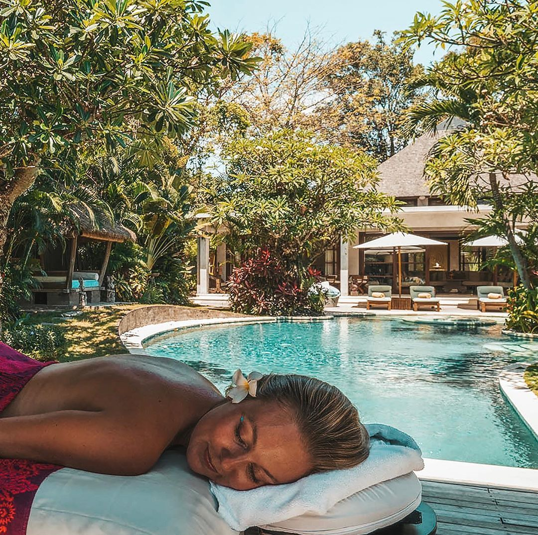 Sunday bliss...poolside massages from the amazing therapists at Spa Venus onsite at our sister estate @villakubuseminyak • • • • •