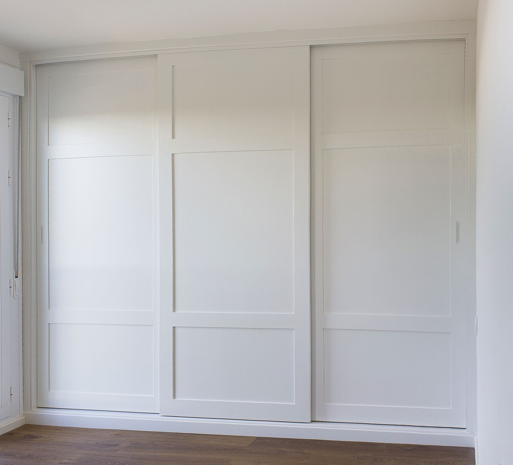 Armario empotrado a medida color blanco tres puertas for Armarios roperos puertas correderas