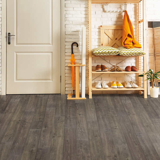 Mohawk Home Southbridge Scraped Oak 10mm Thick Laminate Flooring With Splashdefense Technology 2mm Pad Attached In 2020 Oak Laminate Flooring Oak Laminate Laminate Flooring