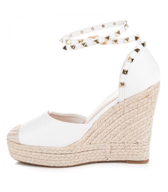 4650f0f5b8a88 Dámske sandále sú ideálnou voľbou pre ženy počas horúcich, letných dní.  Sandále s prackami, bez praciek, so šnúrkami, na nízkom alebo vysokom  opätku.