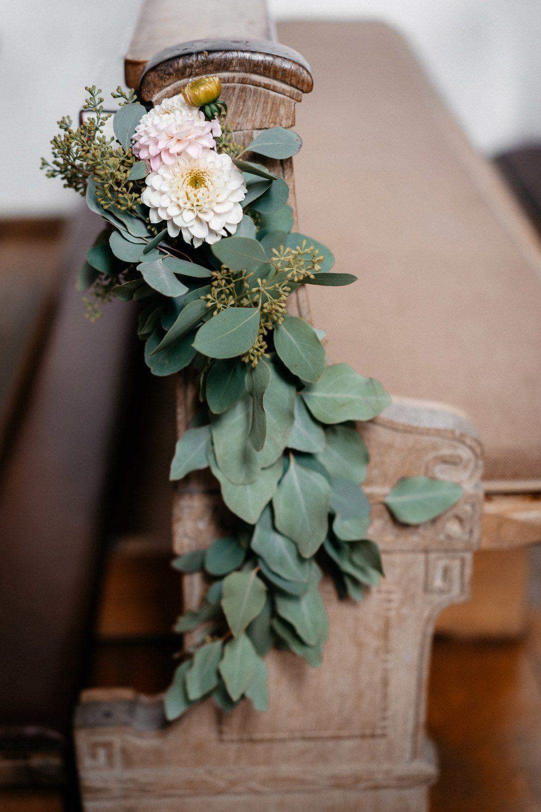 Blumen zur Dekoration der Kirchenbank