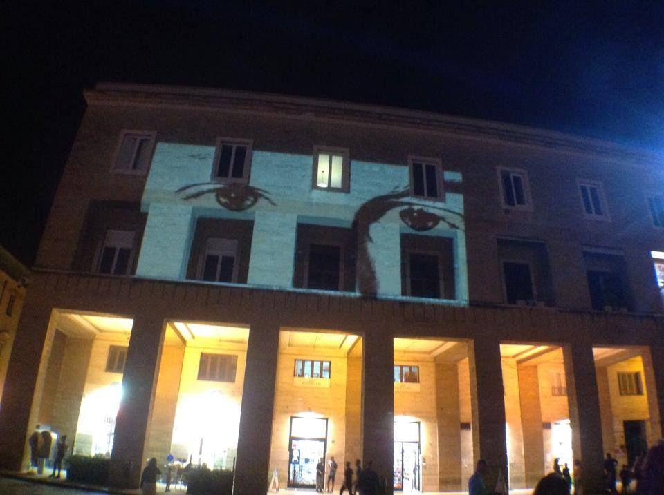 #salento2019 #Lecce2019 #salentowebtv #suondmakerforpaece  Le proiezioni che apparivano ieri sera in piazza durante il concerto Mena Mena move it