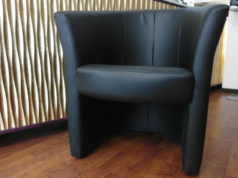 Sessel schwarz, Kunstleder,Rückenkorpus Halbrund, Sitzpolster abnehmbar.Breite 670 mm, Gesamthöhe 750 mm, Sitzhöhe 440 mmACHTUNG, ZWEI Stück zusammen 80,- EUR (10 EUR gespart)
