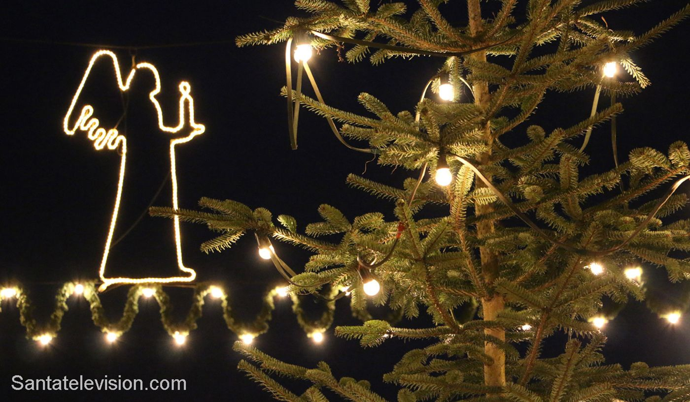 Enkeli Bernkastel-Kuesin joulumarkkinoilla Moselin laaksossa Saksassa