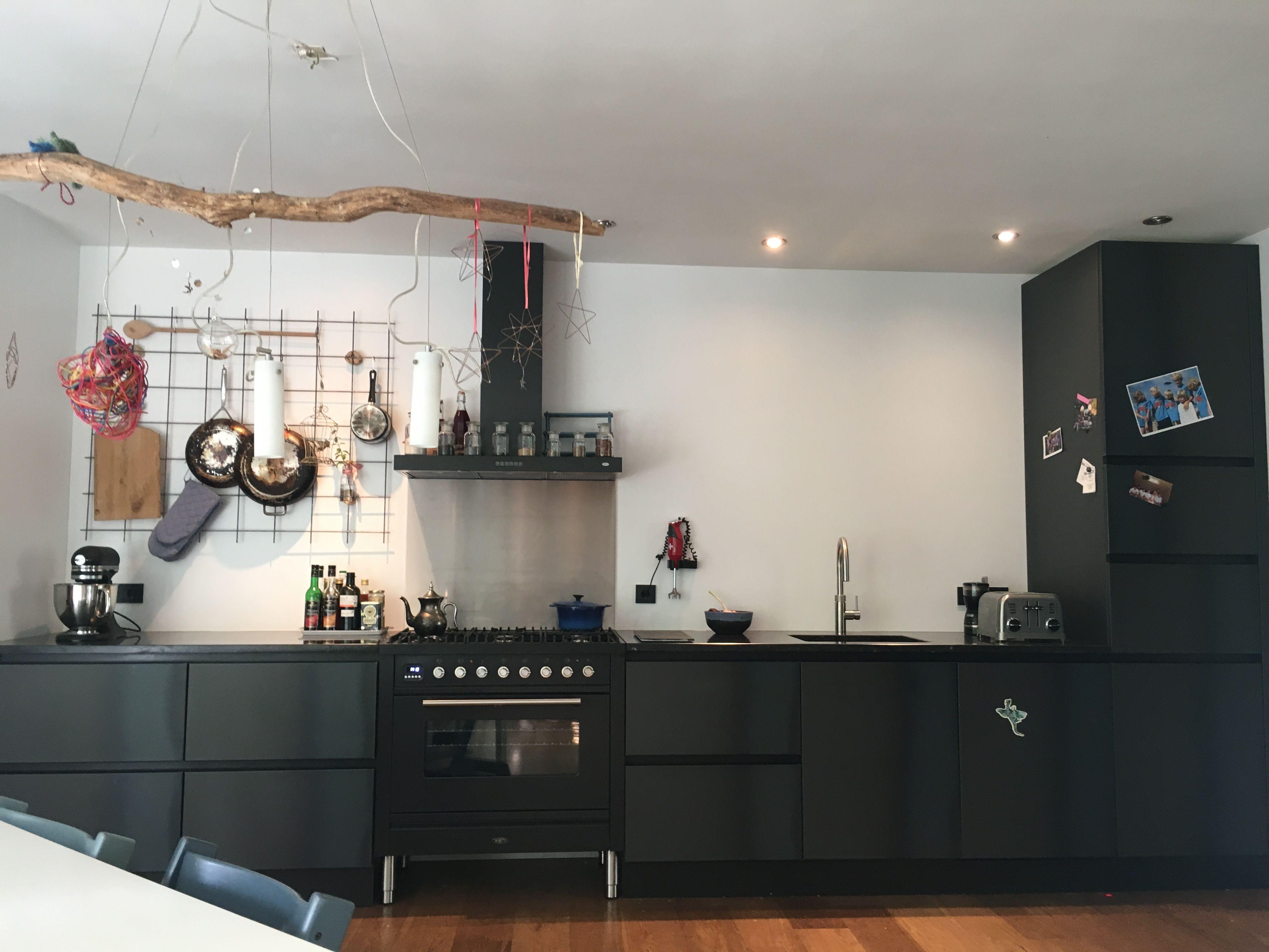 Blauwstaal zwarte keuken matzwart stalen keukenkastjes