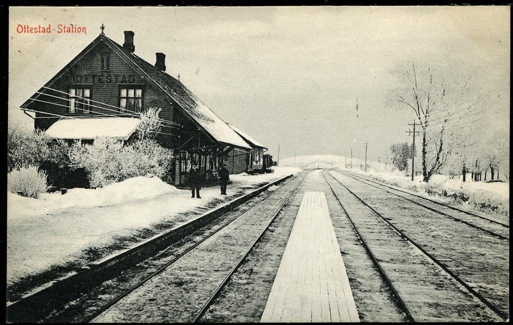 Hedmark fylke Stange kommune Ottestad Station Nærbilde vinter med to personer på perrongen Utg Larsen-Normann. Stpl. 1910
