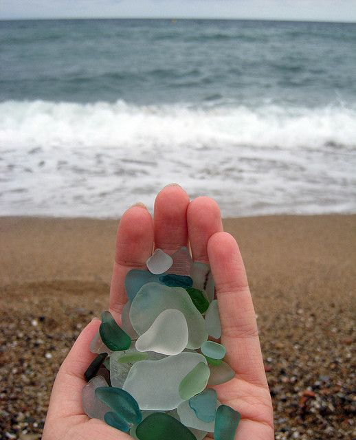 """Praia com """"pedras de vidro"""" no Lago Huron, estado de Michigan/província de Ontário, USA/Canadá."""