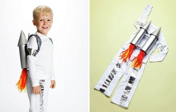 Raumfahrer Weiße Hose Und Hemd 2 Leere Blechdosen 2 Weinkorken