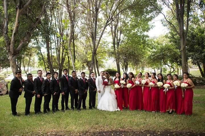 c2123a389b Boda color rojo. Vestido de damas color rojo y blanco.
