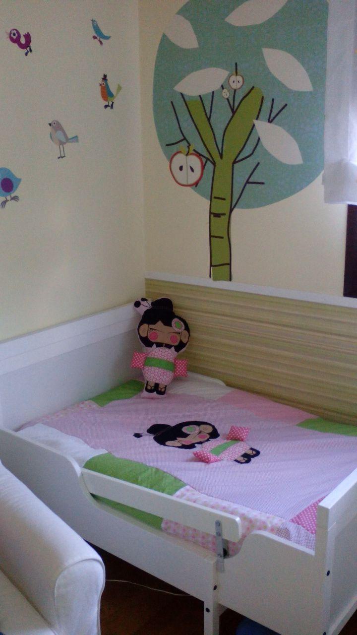 Habitación decorada con Colcha y muñeca Kiato