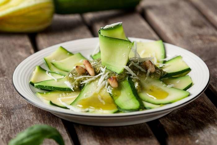 Milhojas de calabacín y pesto. ¡Disfruta de la cocina al vapor! Descubre más en http://www.gallinablanca.es/receta/milhojas-de-calabacin-al-pesto/
