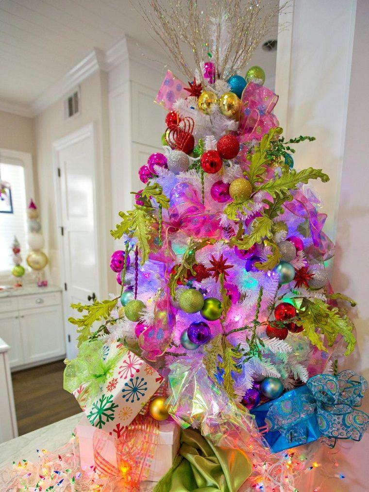 abe3486a448 colores vibrantes decoran el árbol de navidad artificial
