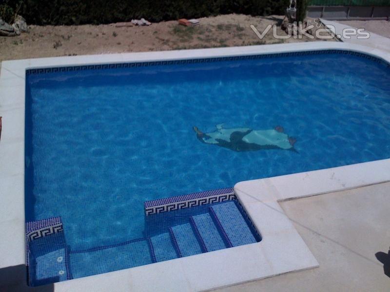 Piscina con entrada lateral asiento de hidromasaje y dibujo ping ino pools piscinas - Piscina hinchable con asientos ...