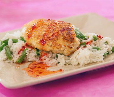 Kycklingfilé som du steker i kokos och serverar med ett bönris på brytbönor och vitt ris kan kanske bli den nya favoriten på middagsbordet? Paneringen med kokosen ger en riktigt krispig yta till kycklingen som du toppar med lite sweet chilisås.