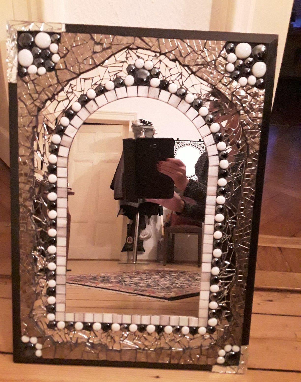 Mosaikspiegel mit Fliesen, Spiegelscherben und Steinen umrandet ...