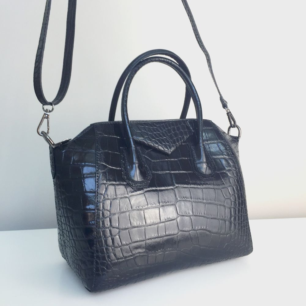 Le produit Sacs April Croco (Petit modèle) -Édition Limitée- est vendu par TheArchiduchess® dans notre boutique Tictail.  Tictail vous permet de créer gratuitement en ligne une boutique de toute beauté sur tictail.com