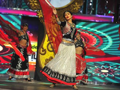 Anushka Sharma performs at the 58th Idea Filmfare Awards (Jan) 2013