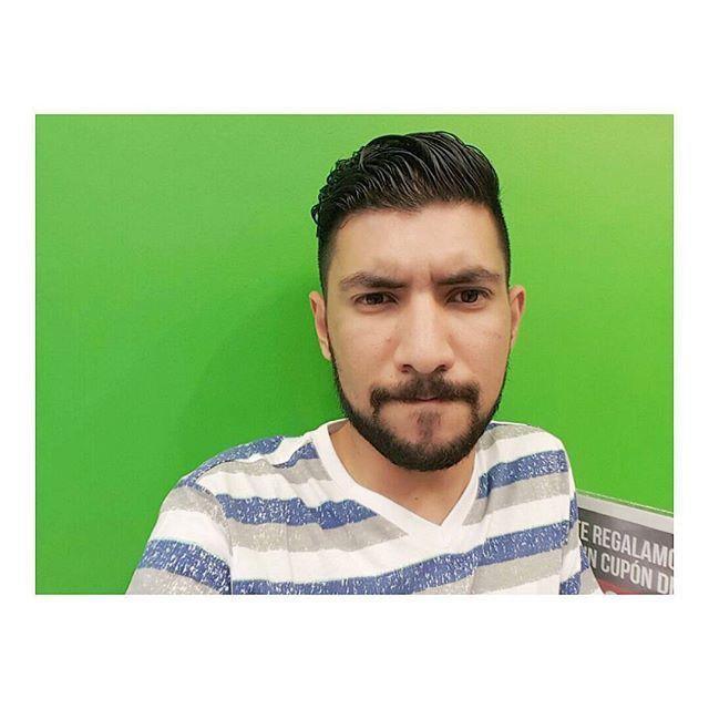 Ese soy yo frente a una pared pintada color verde. #Selfie #green #colorfull #colors #funny