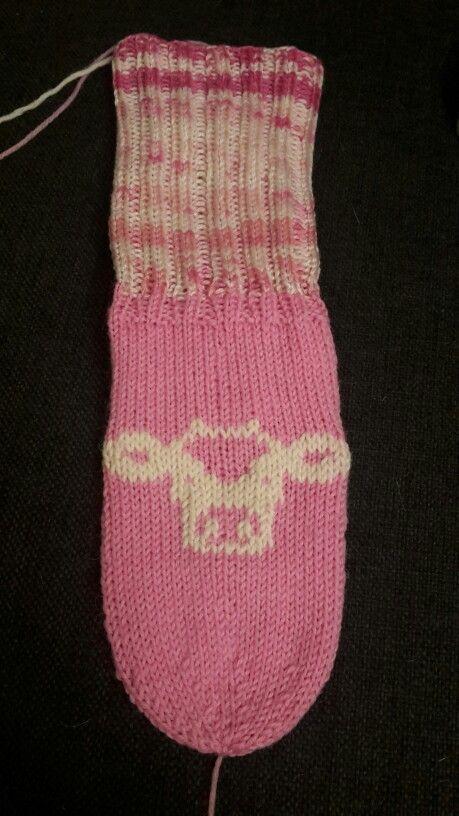 Vanhaan sukanvarteen uusi jalkaterä ja siihen lehmän kuva. Malli http://friendship-bracelets.net/alpha_pattern.php?id=1007