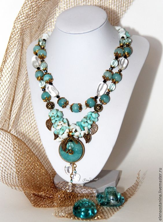 """Купить Комплект """"Золото на голубом"""" - голубой, белый, бирюзовый, коралл, золотой, колье с камнями"""