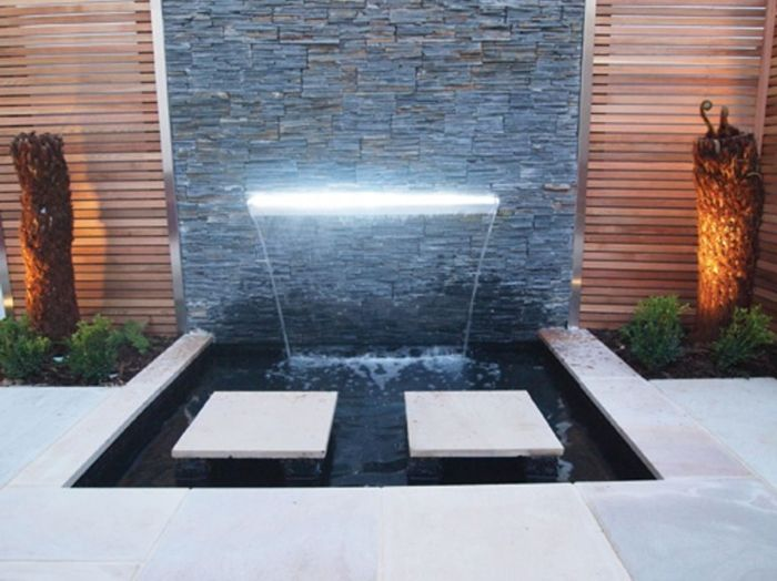 wasserfall im garten modern leuchtend pflanzen gartendeko brunnen wasserwand pinterest. Black Bedroom Furniture Sets. Home Design Ideas