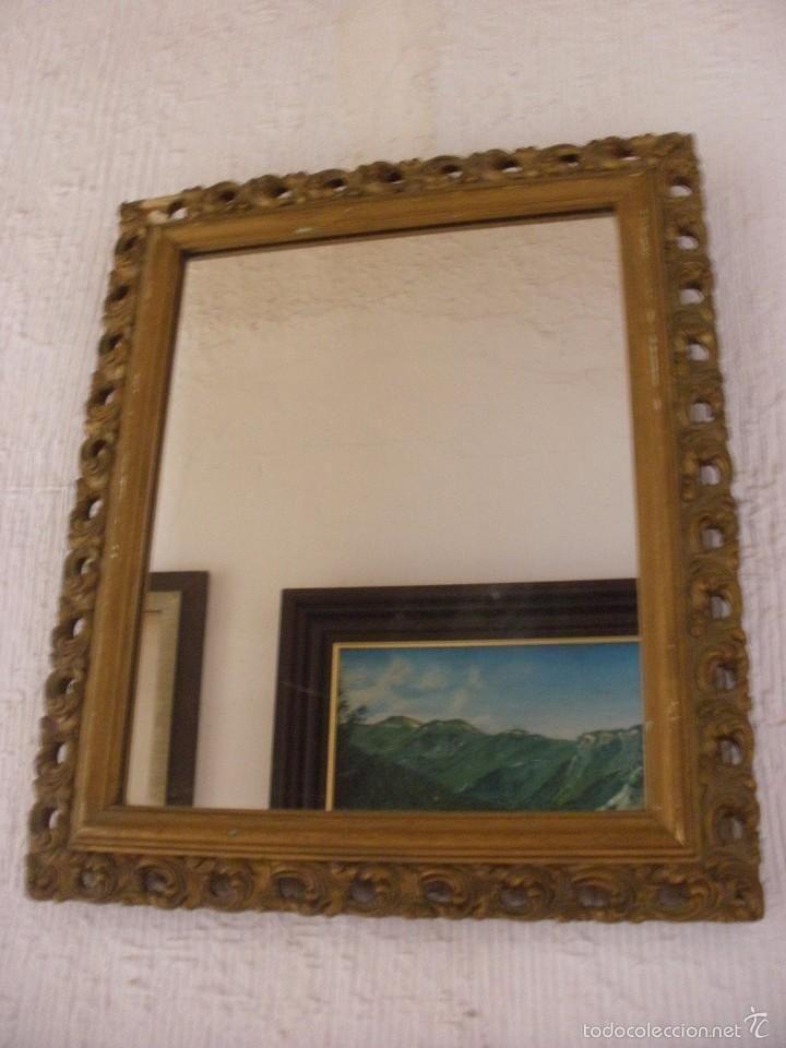 Antiguo espejo con marco de madera tallada con calados y pan de oro ...