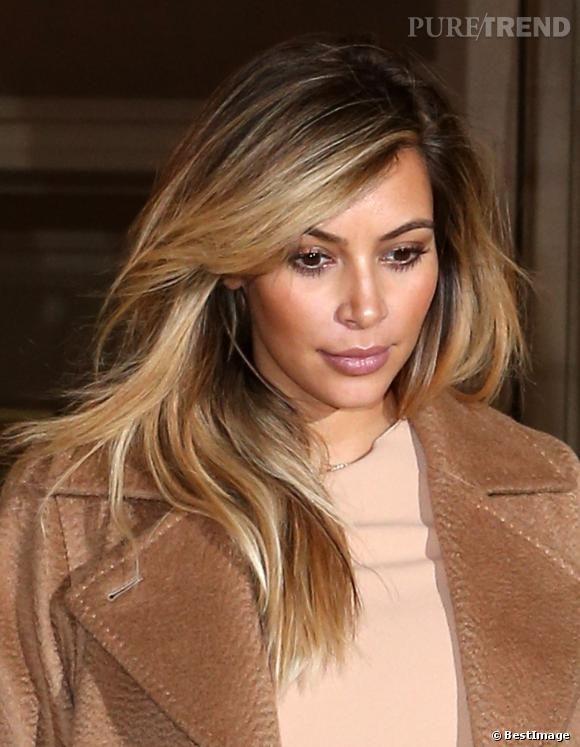 PHOTOS , Kim Kardashian se remet de sa grossesse en passant au blond. Elle  choisit un effet entre le tie \u0026 dye et le balayage.
