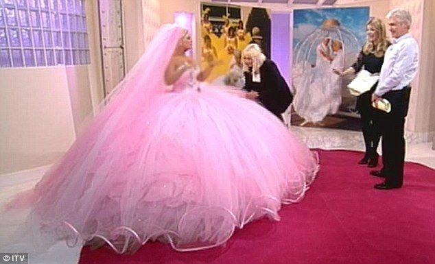 Kerry Katona Tries On A 9st Big Fat Gypsy Wedding Dress For Size