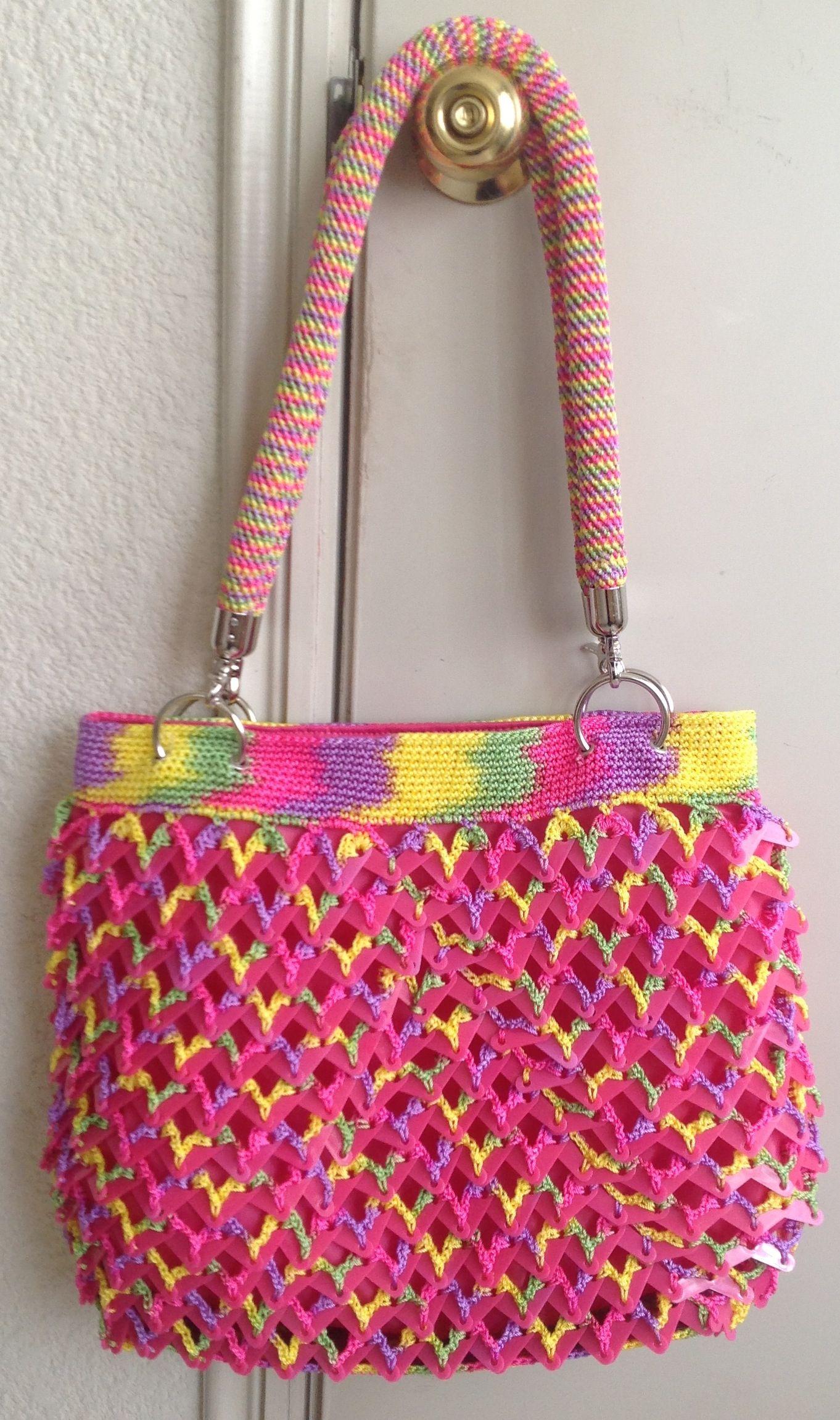 5f235c3ffe Bolsa tejida en crochet con fichas de plástico y asas en tejido tubular