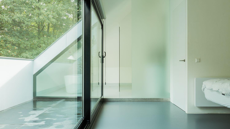 de douche staat achter een semi transparante glaswand wel