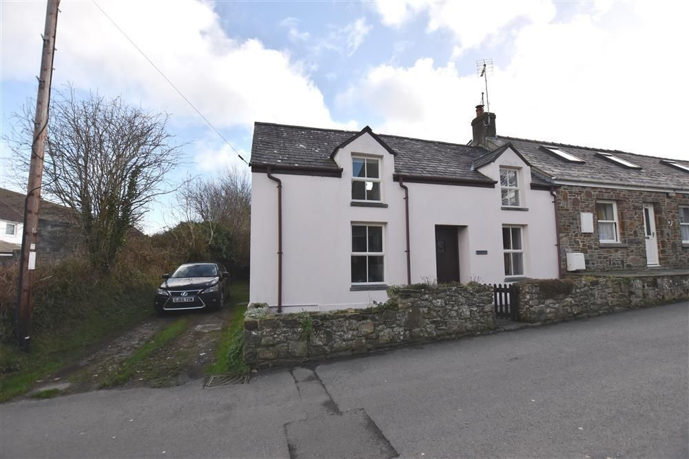 This Very Comfortable Pink Washed Cottage Dates From Before 1850 And Is Situated In The Lovely Coastal Market Town Of Newp Cottage House Styles Holiday Cottage